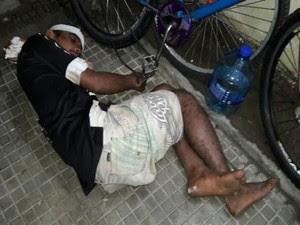 Preso ficou algemado a bicicleta na Delegacia de Plantão de Natal (Foto: Sérgio Costa/Portal BO)