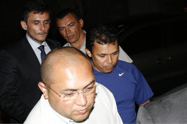 O promotor José Fontes de Andrade, de camisa azul, chegou ao ITEP acompanhado pelo procurador-geral Manoel Onofre de Souza Neto