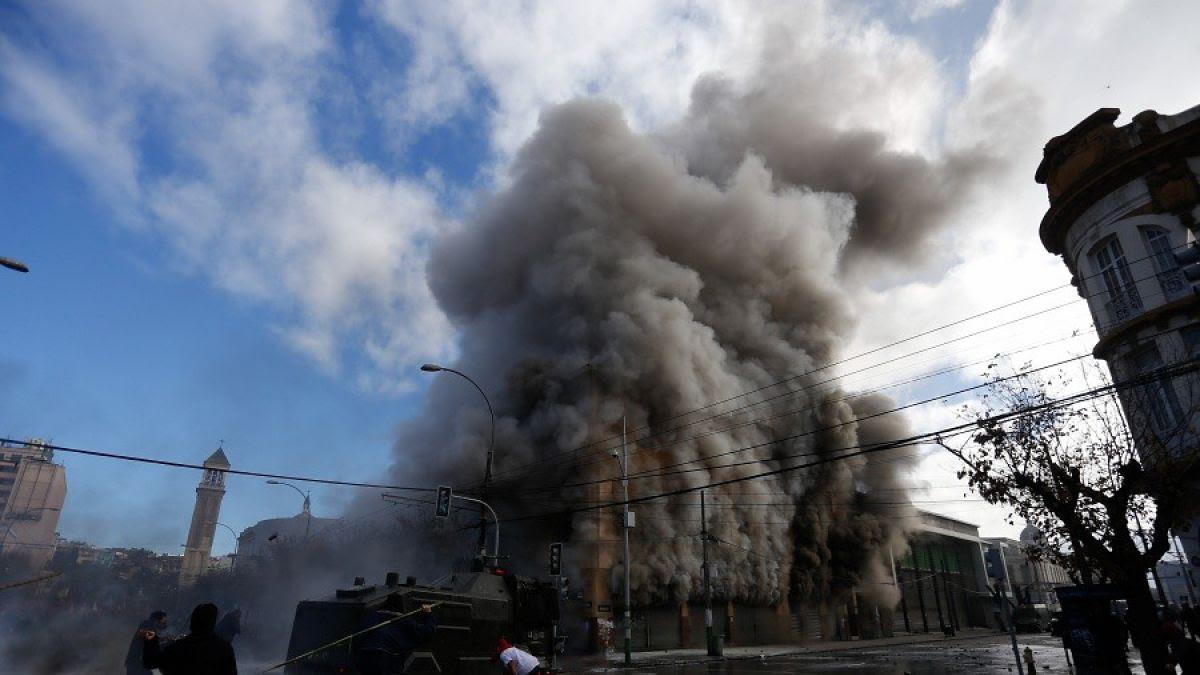 Alcalde de Valparaíso confirma que en edificio incendiado hay dependencias municipales