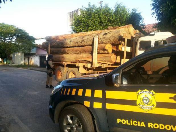 Veículo com resíduos de madeira trafegava pela BR-010, em Dom Eliseu, quando foi apreendido pela PRF nesta segunda-feira (7). (Foto: Divulgação/PRF)