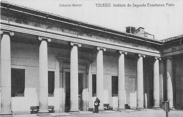 Ventura Reyes Prósper en el Patio del Instituto Universitario Lorenzana. Postal de la Edición Menor