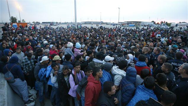Des milliers de migrants traversent de la Hongrie à l'Autriche.