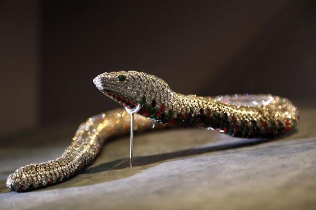 Colar em formato de serpente é atração de exposição em Paris (Foto: François Guillot/AFP)