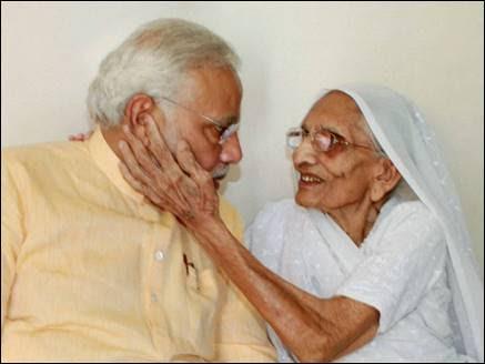PM मोदी ने जन्मदिन पर मां हीराबेन से लिया आशीर्वाद