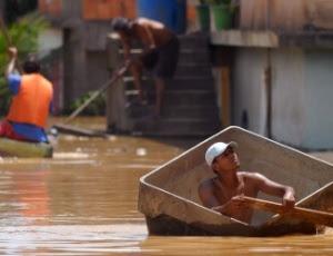 http://n.i.uol.com.br/noticia/2012/01/07/homem-improvisa-barco-para-se-locomover-por-ruas-ilhadas-de-campos-rj-1325956305954_300x230.jpg