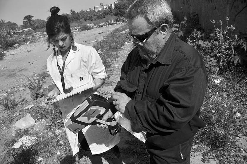 Hugo Gonzalez y Virginia Martineto, ayer mientras realizaban mediciones de cantidad de plomo en el suelo en el Asentamiento Aquiles Lanza.
