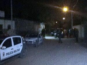 Suspeitos abandonaram carro e invadiram carro na comunidade Nordelândia, zona Norte de Natal (Foto: Amorim Neto/Inter TV Cabugi)