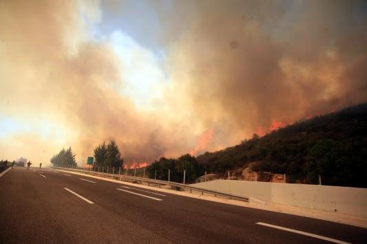 Κόρινθος: Σε εξέλιξη η φωτιά - Δόθηκε στην κυκλοφορία η εθνική οδός που είχε κλείσει!