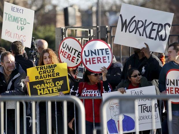 Manifestantes protestam do lado de fora da Universidade de Illinois, em Chicago, onde Donald Trump faria comício (Foto: REUTERS/Kamil Krzaczynski)