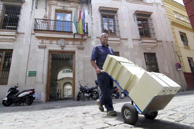 Un funcionario saca cajas de expedientes de la sede de la Dirección...