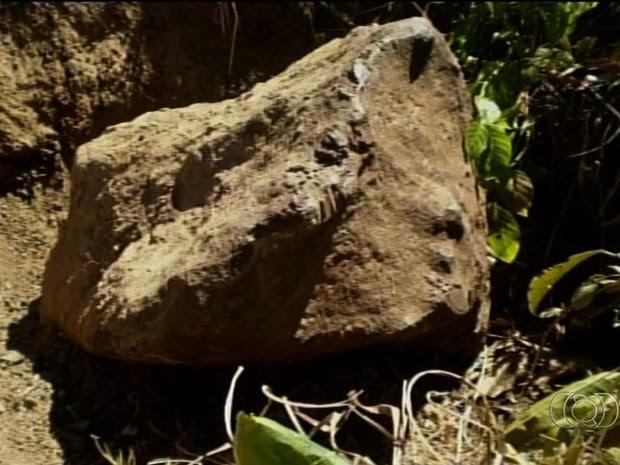 Meteorito encontrado em fazenda de Campinorte, Goiás, pesa cerca de 1.300kg (Foto: Reprodução/ TV Anhanguera)