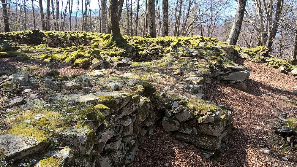 Resti di uno dei fortini individuati da Lino Licari sull'Aspromonte. Questo si trova in località Zillastro - Ph. © Lino Licari
