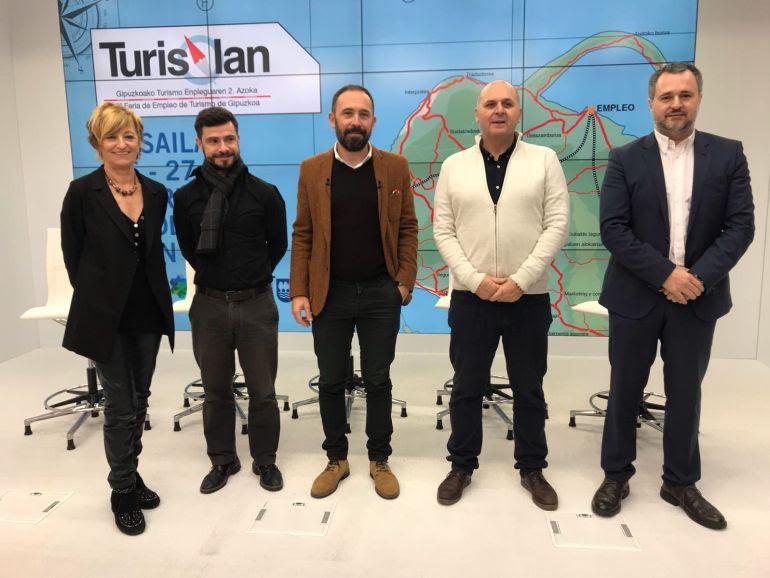 Denis Itxaso, Diputado de Cultura y Turismo, en el centro, en la presentación de Turislan, la Feria de Empleo del Turismo de Gipuzkoa.
