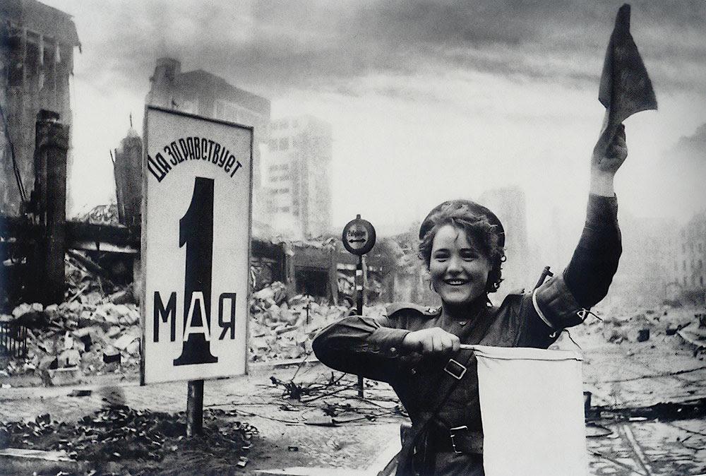 Mariya Shalneva (Nenakhova) regulates the traffic. Berlin, 2 May 1945. Photo: Yevgeniy Khaldey (http://waralbum.ru/5338/)