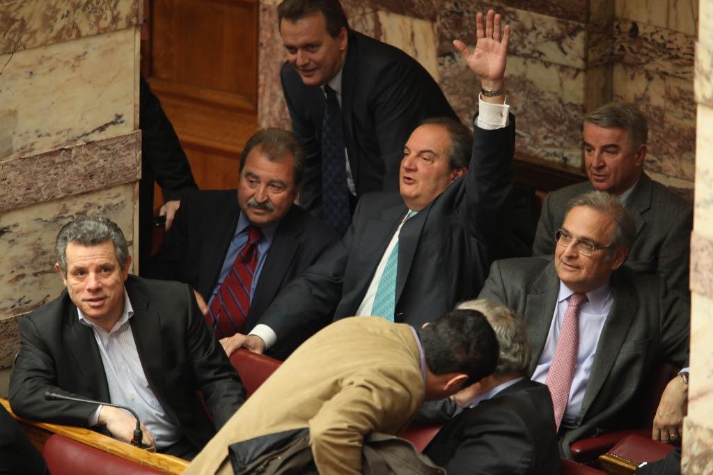 Χαιρετά; 'Η ψηφίζει ο πρώην πρωθυπουργός; Αυτό προσπαθούν να δουν και οι βουλευτές της ΝΔ