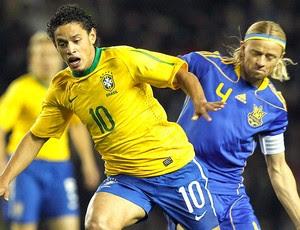 Carlos Eduardo na partida da Seleção (Foto: Mowa Press)