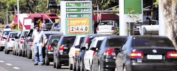Posto da 206 Norte: gasolina a R$ 1,87 o litro valerá até que seja esgotada a cota de 30 mil litros. Cada consumidor pode comprar 20l (Ed Alves/CB/DA Press)