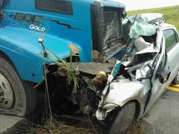 Motorista da carreta diz que veículo tentou fazer uma ultrapassagem na curva (Foto: Helton Santana/Arquivo pessoal)