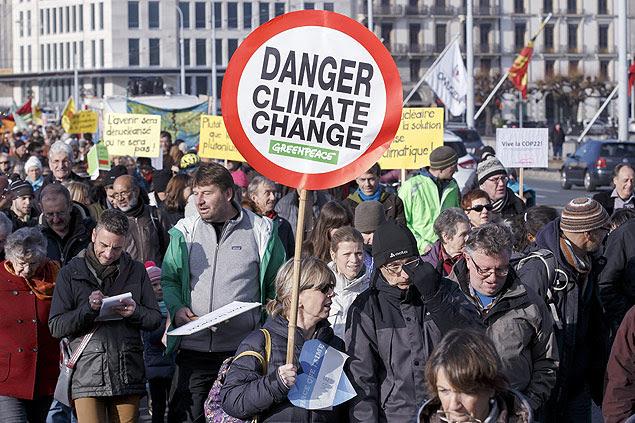 Marcha do clima em Genebra (Suíça), no sábado (28), dias antes da COP21, em Paris