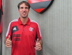 Marcelinho posa com a camisa de treino com os novos patrocinadores (Foto: Fabio Leme)