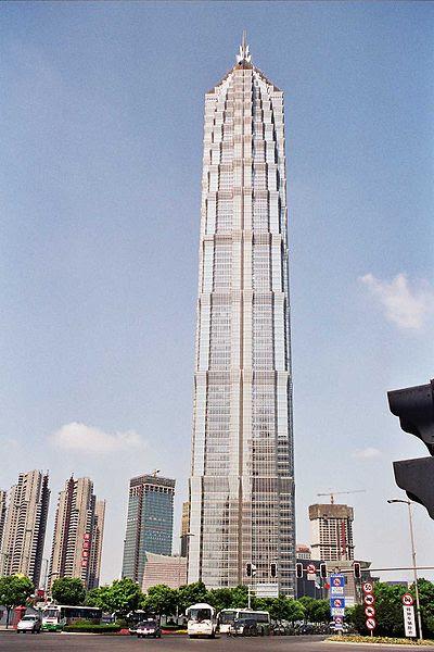 En position 6 la Jin Mao Tower à Shangai en Chine avec un total de 420.5 m comprenant l'antenne.