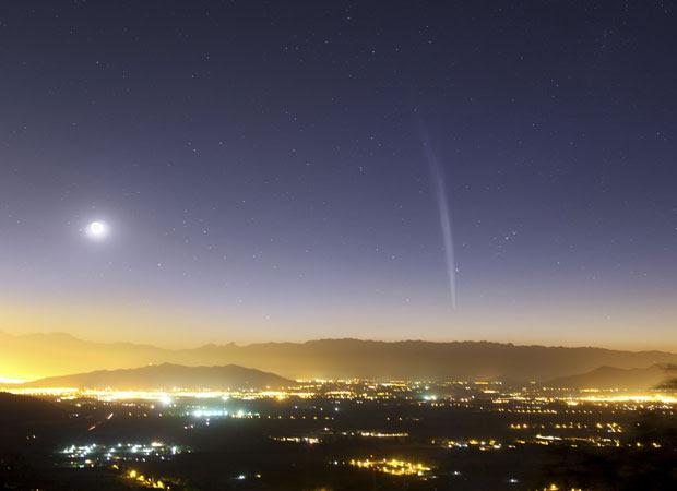 Cometa Lovejoy é visto sobre Santiago próximo ao amanhecer  (Foto: REUTERS/Y. Beletski/ESO)