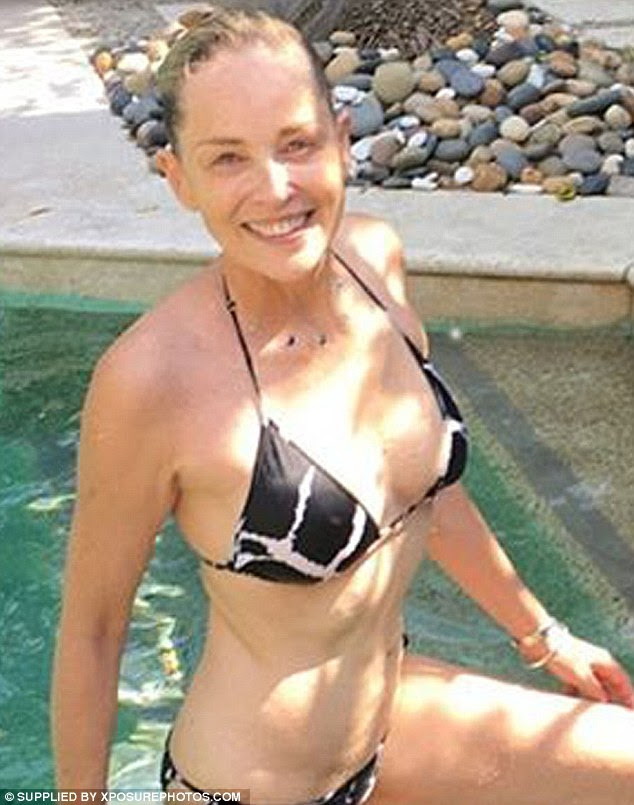 Ela não precisa de delineador para ser bonito: A 58-year-old desvanecimento Gigolo estrela também parecia fresco com não uma mancha de maquiagem e seus cabelos loiros penteados para trás de seu mergulho na piscina