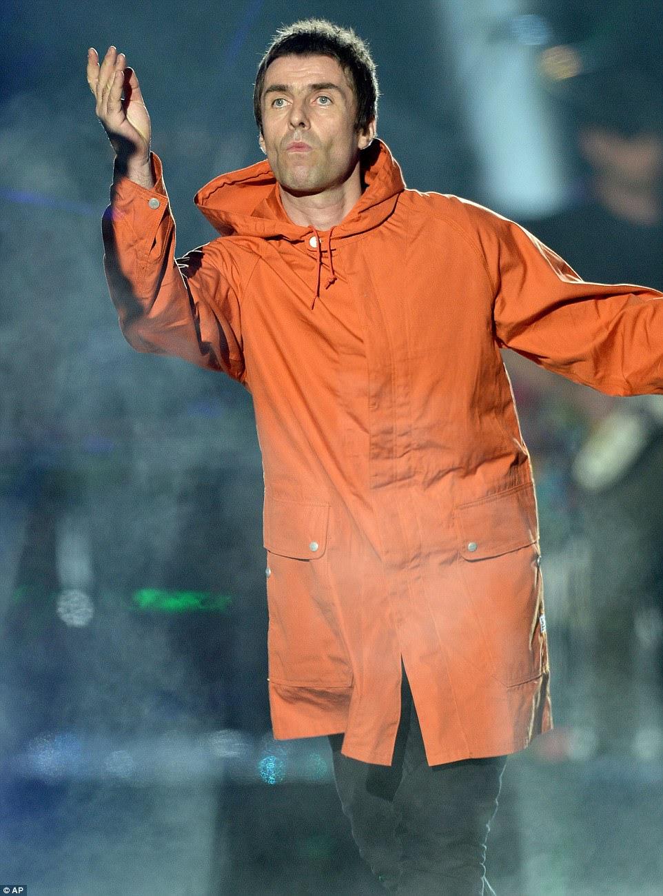 """""""Pegue o avião e jogue suas músicas para as crianças, você está triste. *** Liam Gallagher mais tarde criticou o irmão Noel por fãs decepcionantes no show de Manchester One Love no domingo à noite"""