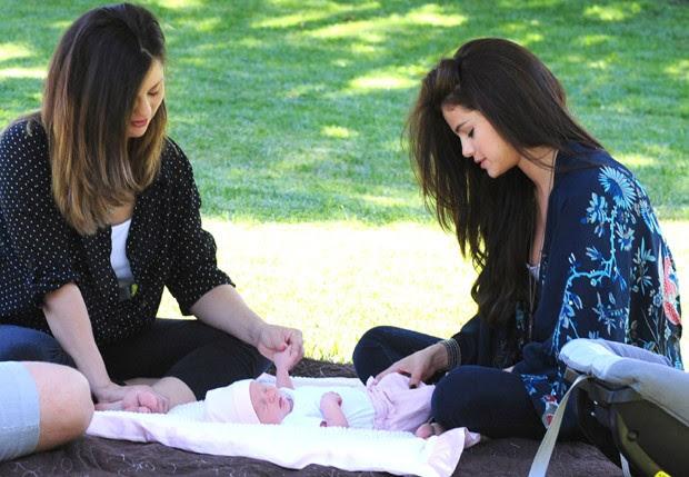 Selena Gomez com a mãe, Mandy, e a irmãzinha (Foto: Grosby Group)