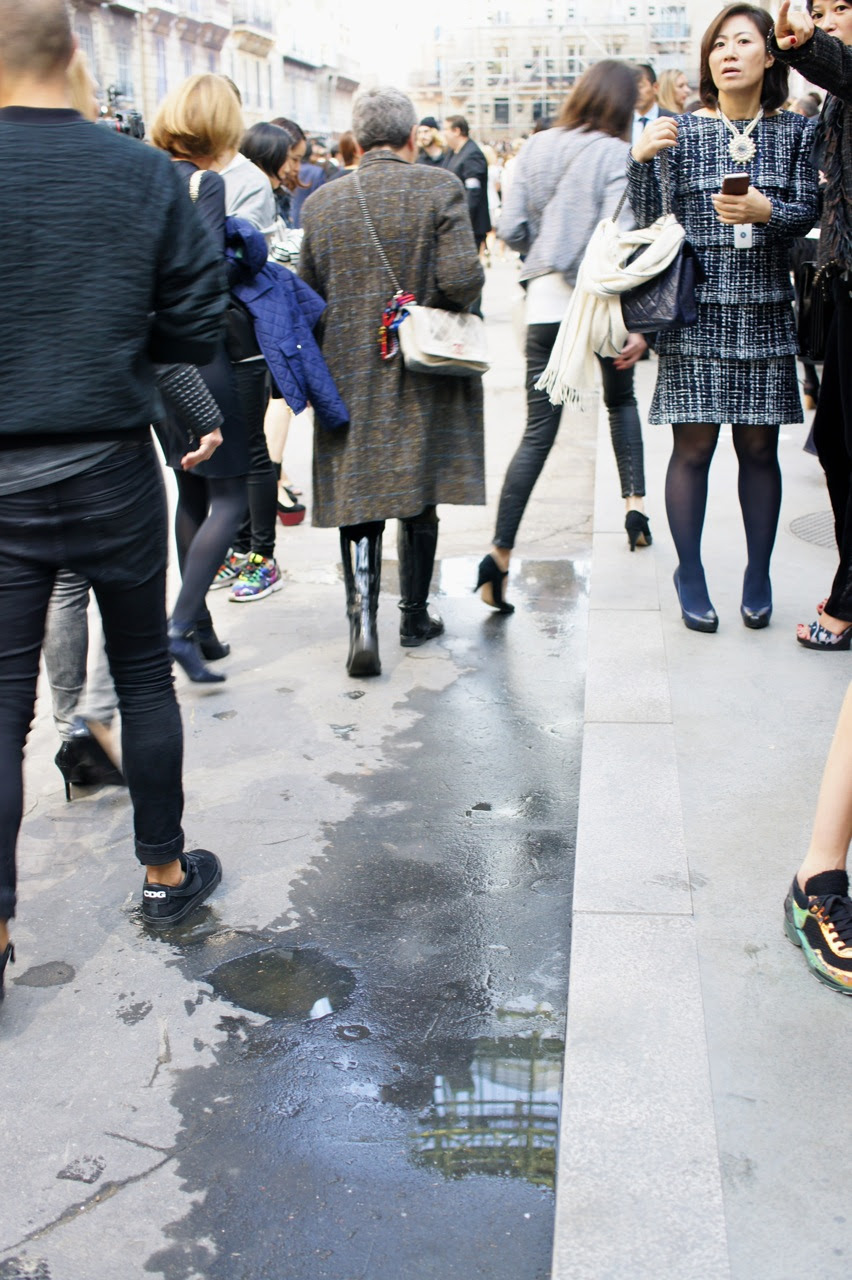 O bulevard estava molhado perto da calçada exatamente como acontece todos os dias pela manhã nas ruas da cidade.  É feito para a limpeza diária.