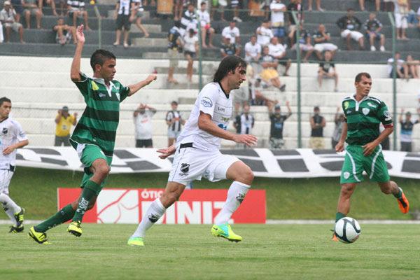 Léo Gamalho economizou nos gols, mas tratou de presentear os companheiros com passes precisos