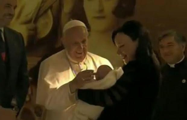 (Video) Papa bekon në aeroport djalin e Kryeministrit, Zahon