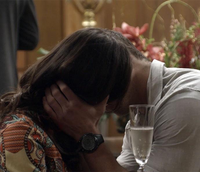 Carmela e Adônis acabam se beijando (Foto: TV Globo)