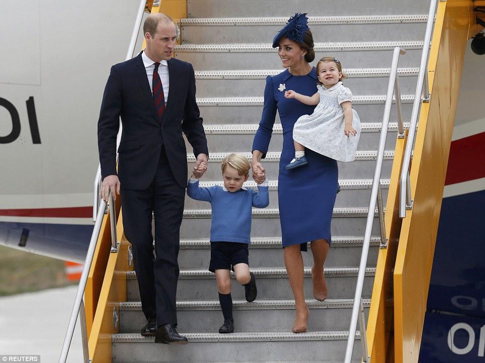 A Duquesa de Cambridge, de 34 anos, estava com um vestido azul Jenny Packham e segurou sua filha quando ela desceu os degraus do avião