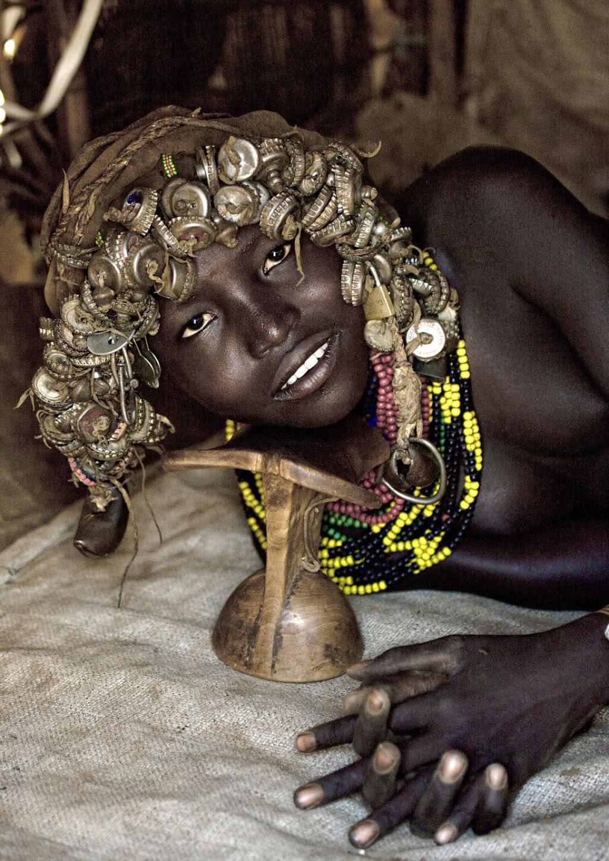 Tribo etíope recicla descartes do mundo moderno em acessórios de moda 07