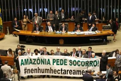 Oposição abre faixa de protesto durante sessão da Câmara dos Deputados que aprovou a MP 758/16 que reduz limites de floresta nacional no Pará Antonio Cruz/Agência Brasil