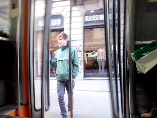 Apertura della porta di tram by Ylbert Durishti