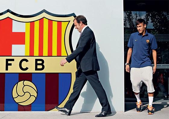 Neymar se apresenta ao clube Barcelona, ao lado do presidente Sandro Rosell (Foto: Albert Gea/Reuters)