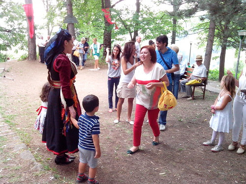 La gente della festa di Dardha by Ylbert Durishti