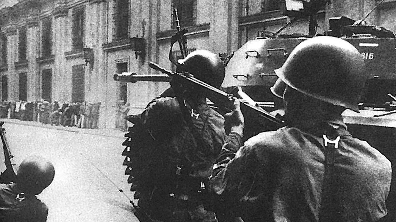 Militares golpistas disparan contra el Palacio de La Moneda el 11 de septiembre de 1973.