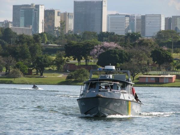 Embarcações da Capitania  Fluvial de Brasília em ação no Lago Paranoá 01