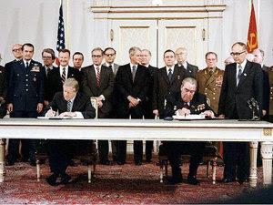 J. Carter şi Leonid Brejnev, semnează acordul SALT II (Imagine: Wikipedia)