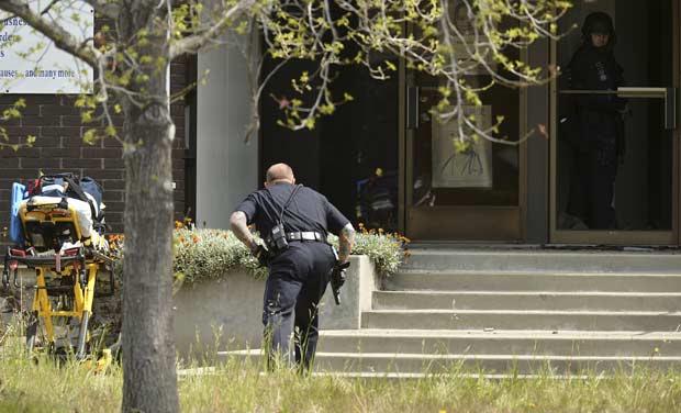 Policial no local do tiroteio nesta segunda-feira (2) em Oakland, na Califórnia (Foto: AP)