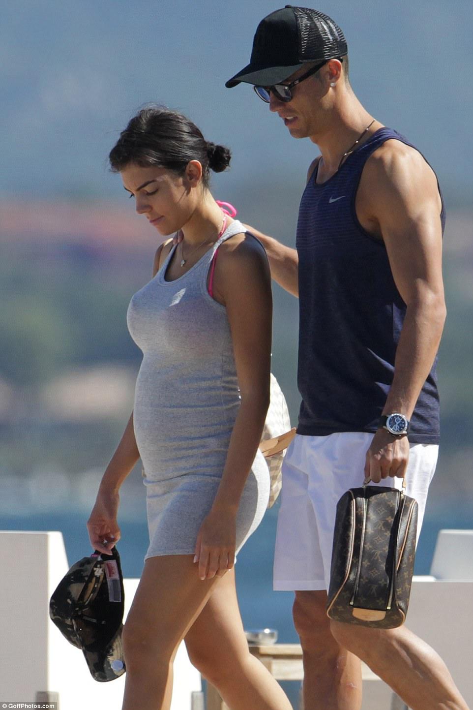 Diversão de férias: Cristiano Ronaldo e sua namorada, Georgina Rodriguez, ficaram maravilhadas umas com as outras enquanto desfrutavam de um dia ensolarado na Córsega nesta semana