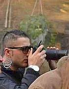 Il gendarme del Vaticano mentre fotografa i manifestanti