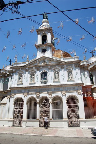 In der Mitte steht eine Kirche ganz in weiß