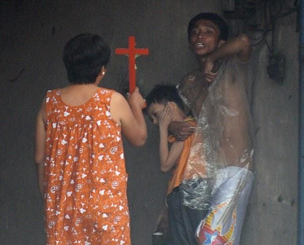 Imagens Incríveis - Homem aponta furador de gelo para criança em sequestro nas Filipinas