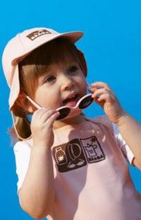 Excellente protection: lunettes, chapeau et tee-shirt anti-UV de Beaba - Disfrutar del sol con total seguridad