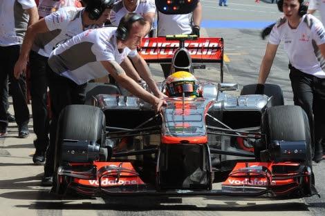Los mecánicos empujan el McLaren de Hamilton en Montmeló. | Afp