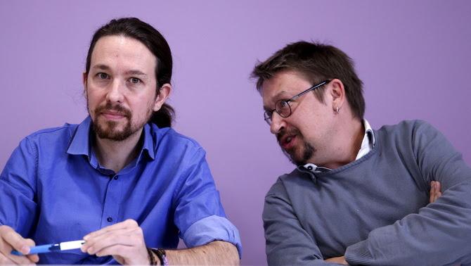 Xavier Domènech parlant amb Pablo Iglesias en una conferència de premsa (Reuters)